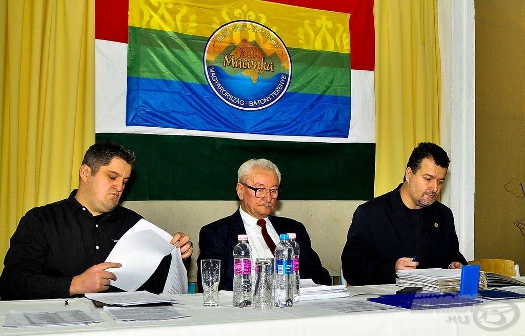Balról Ignácz Olivér elnökhelyettes, Kürti Sándor FB elnök, dr. Dérer István elnök a 2013.01.27-i közgyűlésen