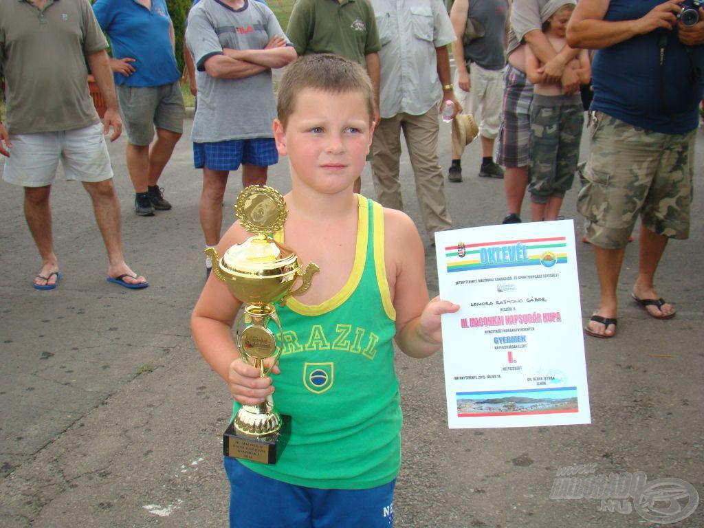 Gyermek győztes, a horgászhoz méltó brazil mezben
