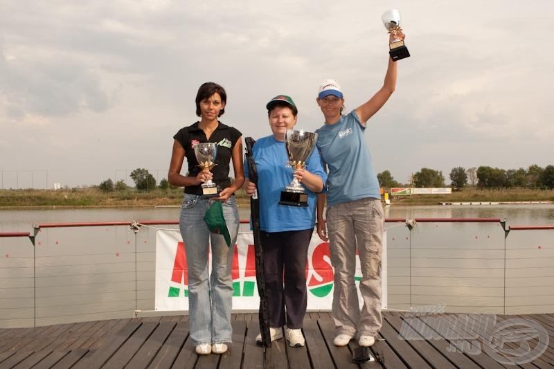 A női kategória dobogósai balról jobbra: Szabó Petró Henriett 2. helyezett, Panic Emilia 1. helyezett, Barna Diána 3. helyezett
