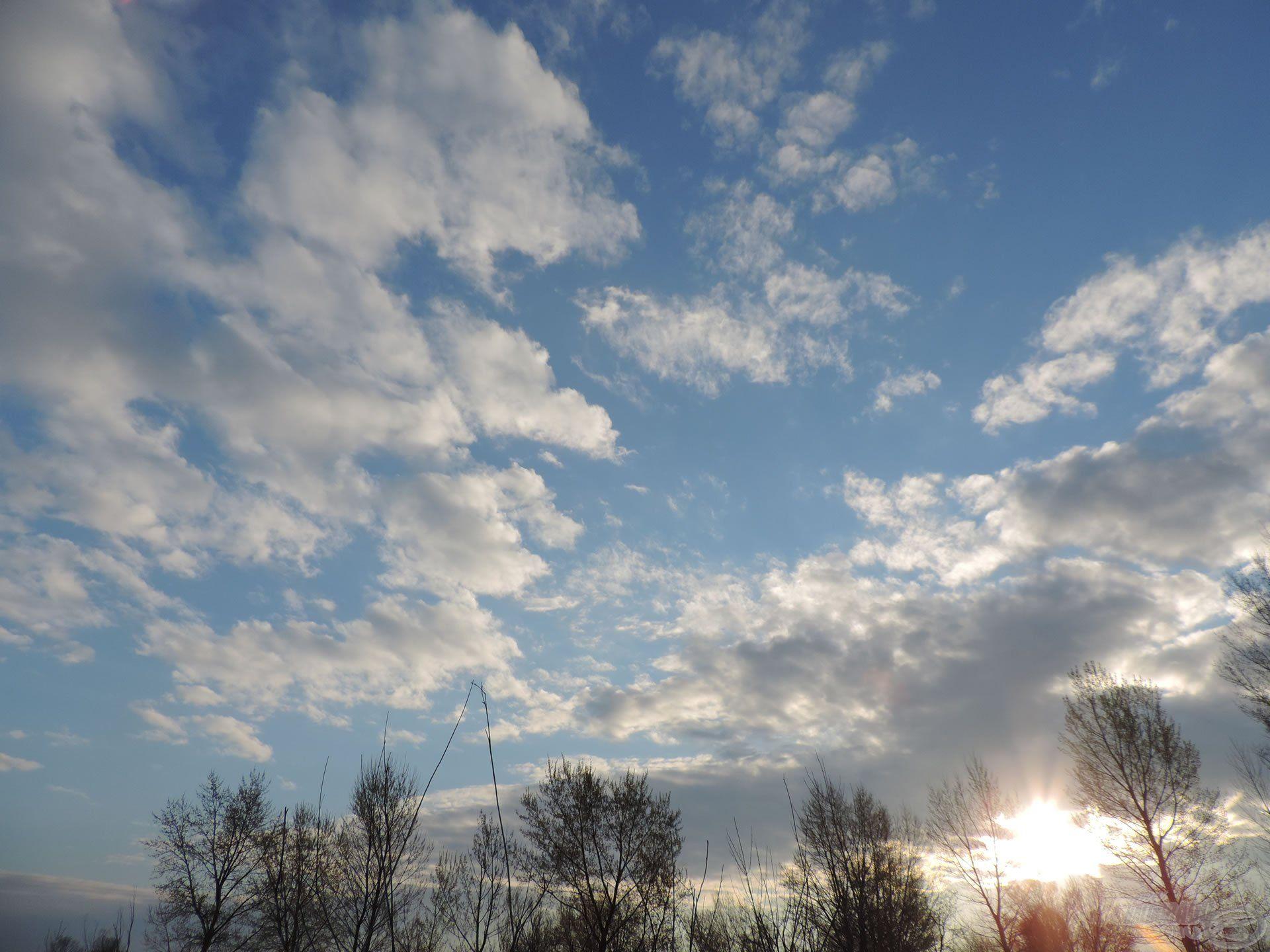 Kora reggel a nap még szépen bujkált elő a bárányfelhők közül…
