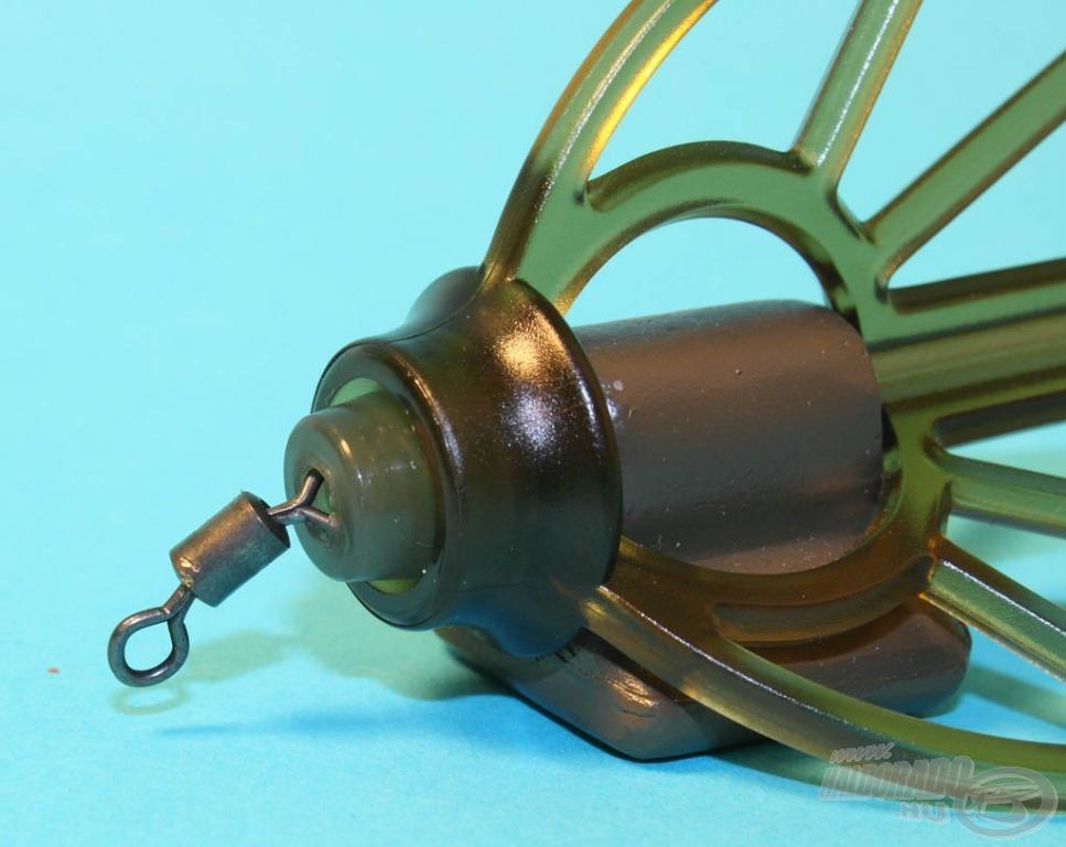 A kosár az aljában lévő forgókapoccsal fixálható, illetve egy ütköző közbeiktatásával csúszóra is szerelhető
