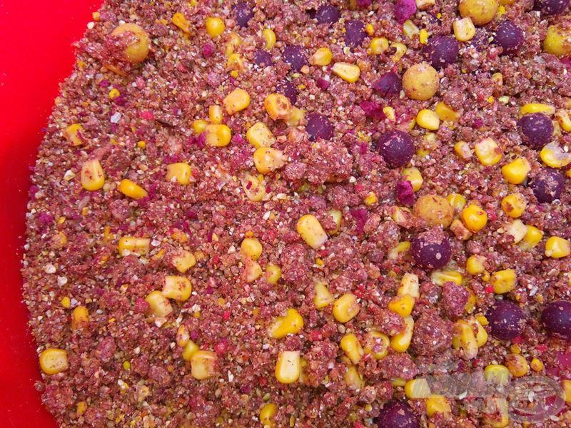 Az alapozó etetés édes aromájú, mely epres pelletet, ananászos és szilvás bojlit tartalmaz. Szeretek felhősítő etetőanyagot is beletenni, hogy elősegítse a halak odatalálását és ott tartását