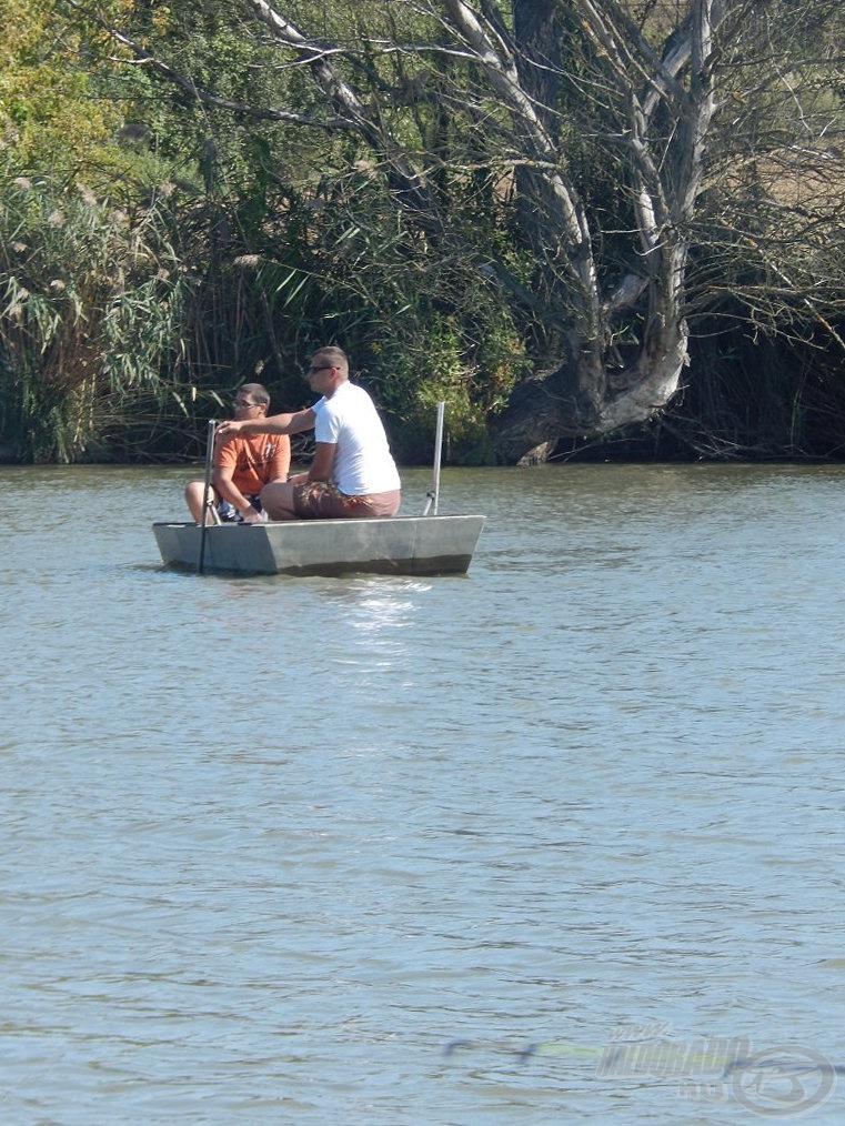 Csónakba is pattantam és megkezdtem az alapozó etetést, mely nagyrészt aromásított főtt kukoricából (Haldorádó CSL Tenger Kincse és Vörös Démon), másrészt halibut pelletből állt, illetve pár szem 20 mm es bojlit is a vízbe dobtam