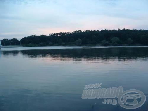 Sokat ígérő látvány, reggel fényeivel játszadozó tó