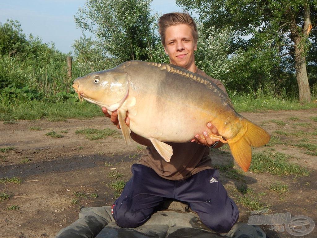 15 perc horgászat után kézben volt az első 10 kg feletti ponty! A hal súlya 12,00 kg. Egy idegen vízen mindig nyugtató hatással van rám, ha sikerül hamar megfognom az első pontyot