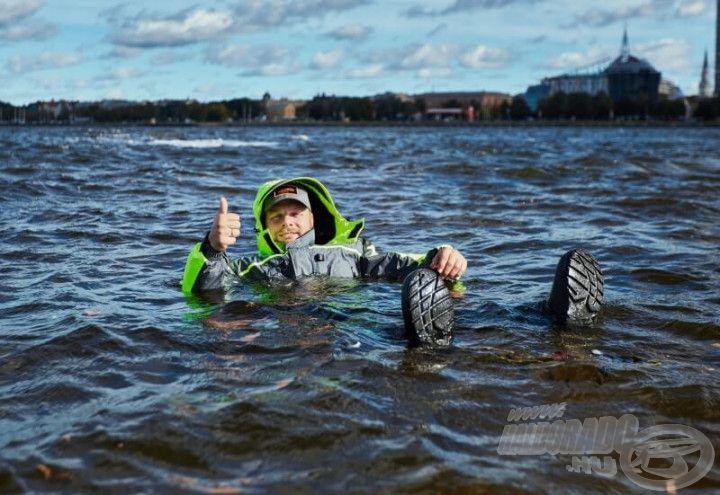 Bélése lebegő anyagokból készül, így nyújt extra biztonságot viselője számára, amikor jégen – vagy csónakból – horgászik