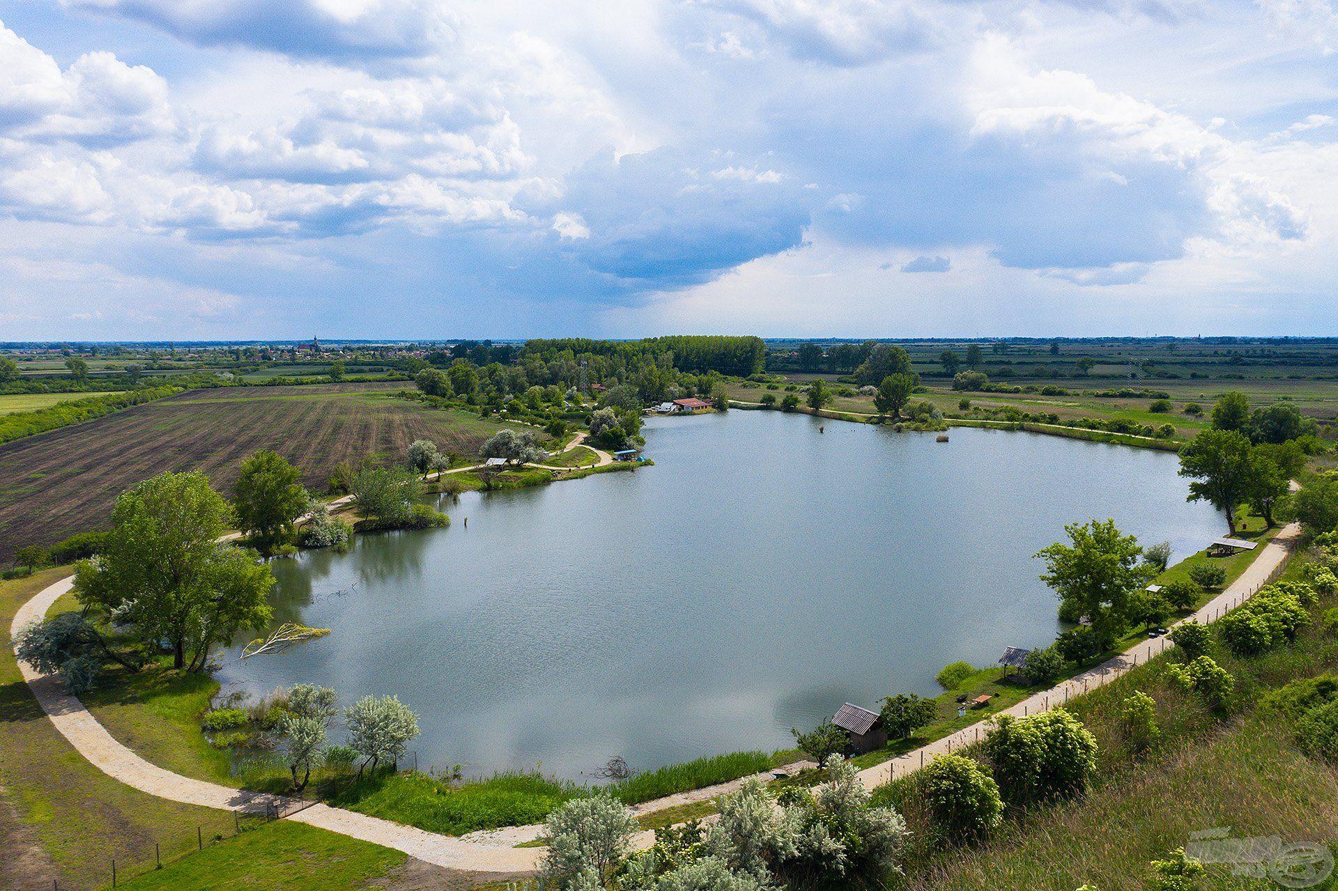 Kellemes, zöldövezetben fekvő, változatos és nem utolsósorban gyönyörű, tiszta vizű tó
