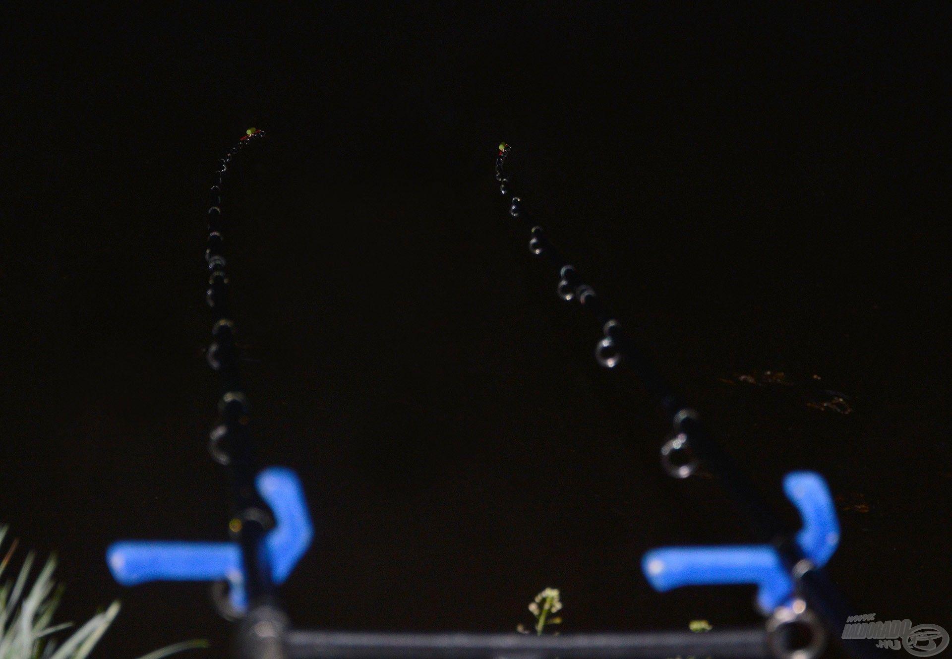 Két aprócska fénypont mutatta a lényeget a sötétben