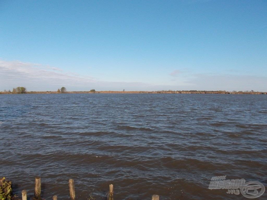 Ez a látvány tárult elém a horgászhelyemről szétnézve. Óriási vízfelület