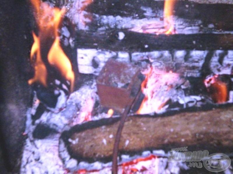 A kazán egyenletesen és hőveszteség nélkül melegíti az ólmot, ezáltal lecsökken az olvadásához szükséges idő