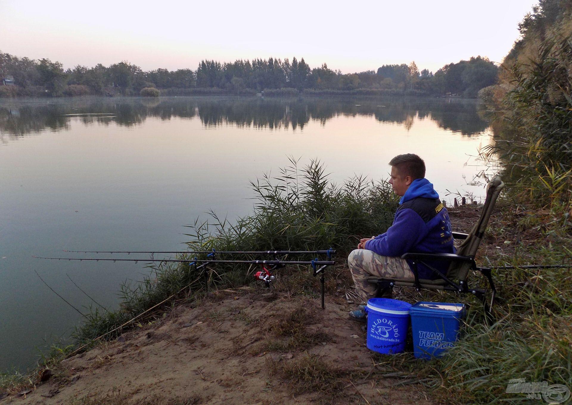 Horgászhelyemnek a tó végében található 10-es állást választottam, ahol korábban még nem horgásztam. Mivel kiszámíthatatlan vízről van szó, úgy gondoltam, itt minden lehetséges eshetőségre remek alternatívákkal kecsegtet az előttem elterülő vízterület