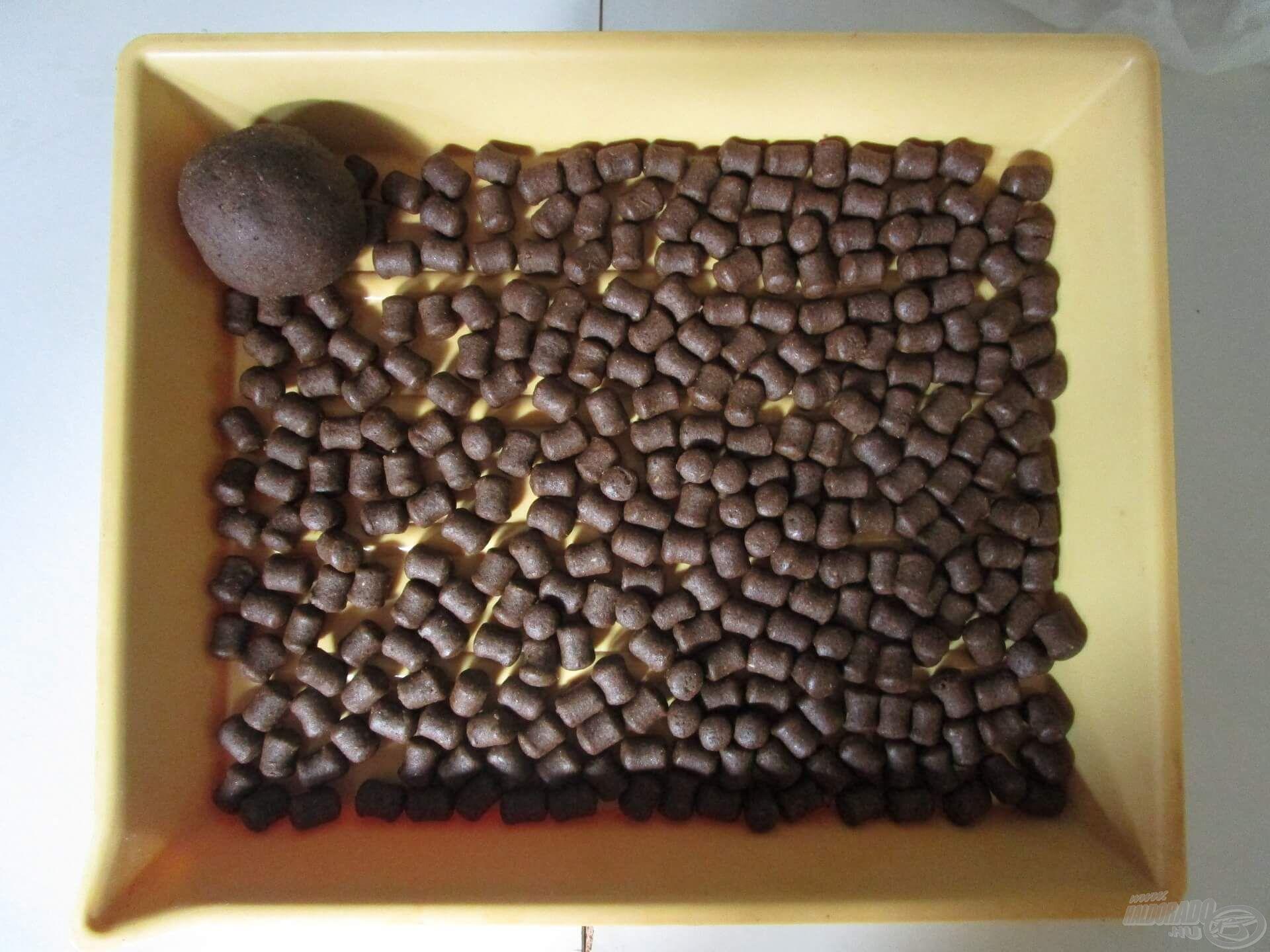 A végeredmény. Sok pellet és egy gombóc a megmaradt masszából, ami felhasználható ólomra gyúrva, a csalit is be lehet vele vonni, de pasztakosárba is kiváló!