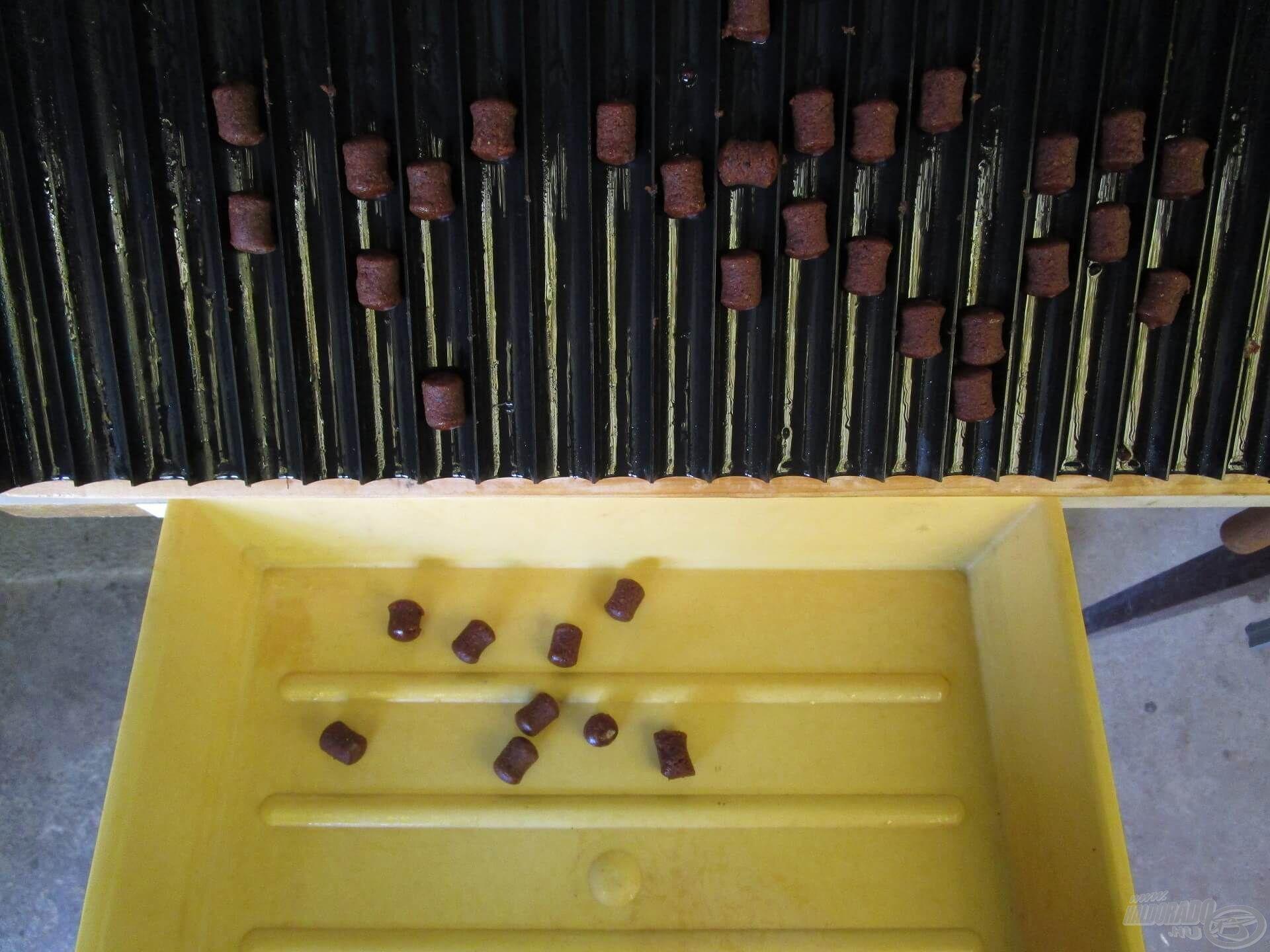 A zsanérral szerelt, dönthető bojlirollerről másodpercek alatt leszedhető az összes pellet