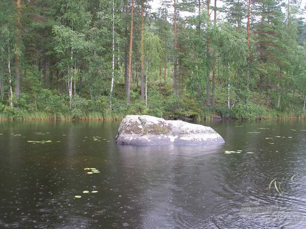 Ígéretes szikla a partszélben (jól látni, hogy a víz alatt több hatalmas szikla rejtőzik még)
