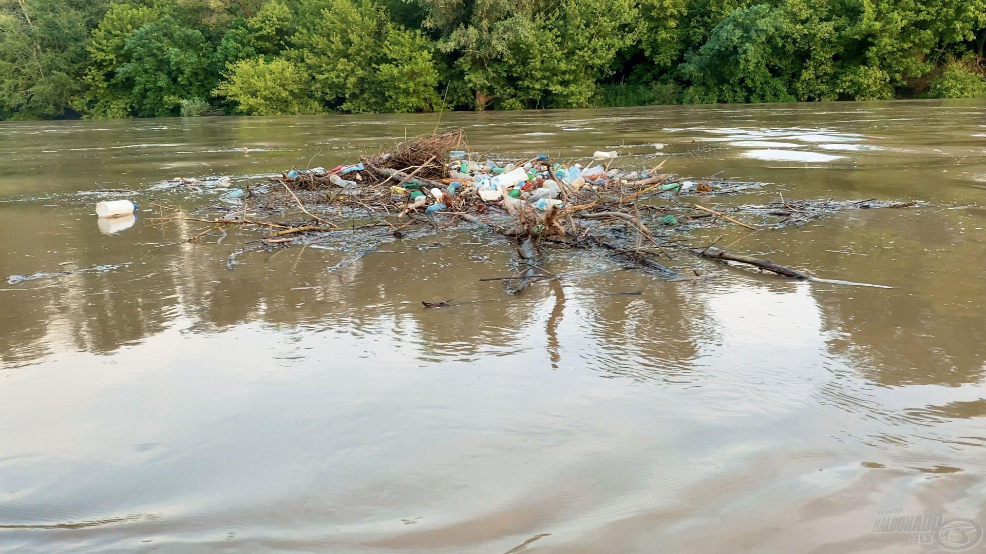 Az áradások első napjaiban hemzseg a víz a PET palackoktól