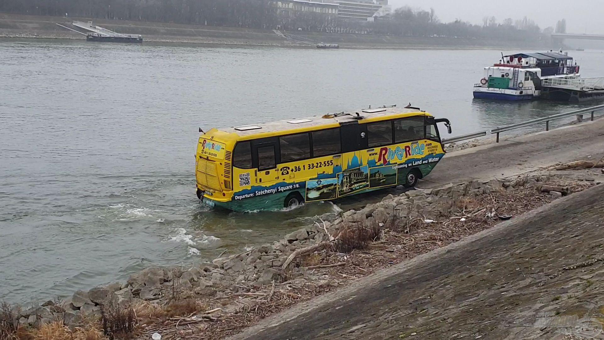 Egy későbbi fotón a River Ride, azaz a vízibusz, amint kilép a folyóból és a szárazföldön folytatja útját