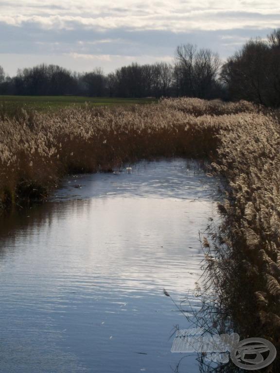 A csatorna másik felén, a zsilip túloldalán még jég borította a víz egy részét