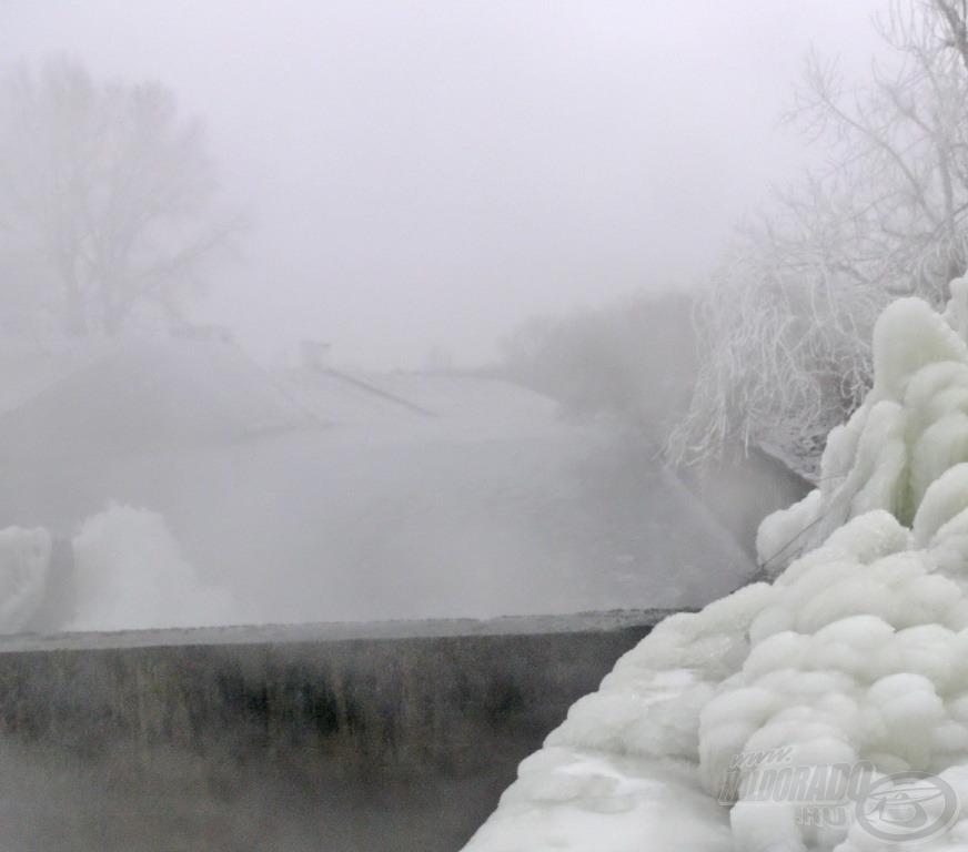 A betonteknőbe kényszerített óriási víztömeg iszonyatos sebességgel ömlik bele a Dunába