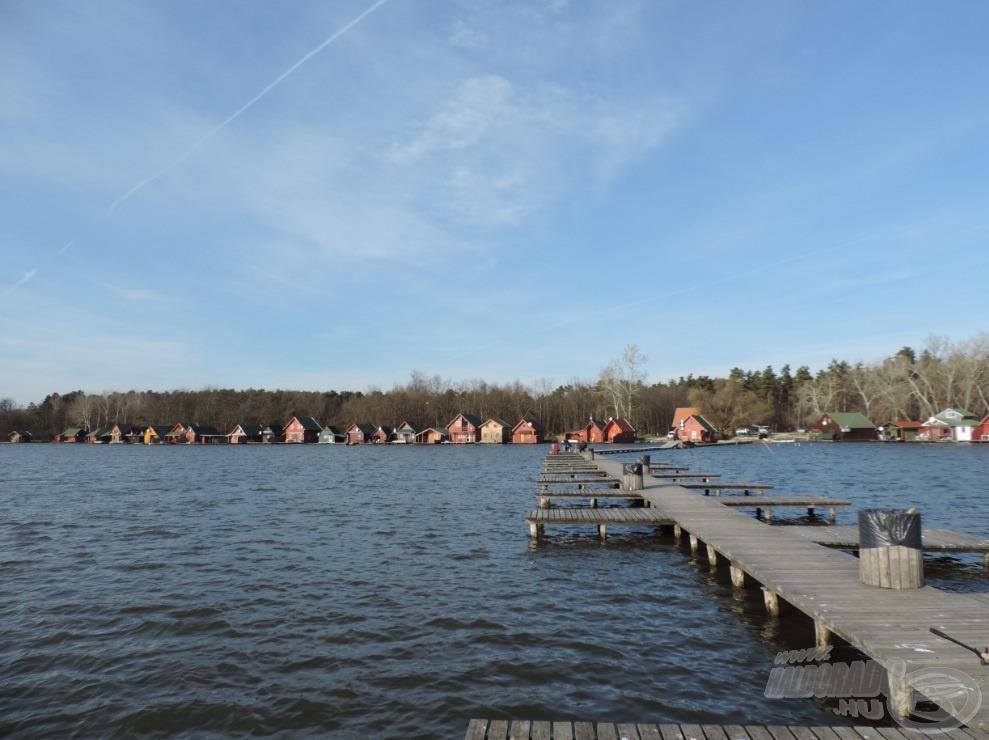 Séta a stégen a tó közepe felé