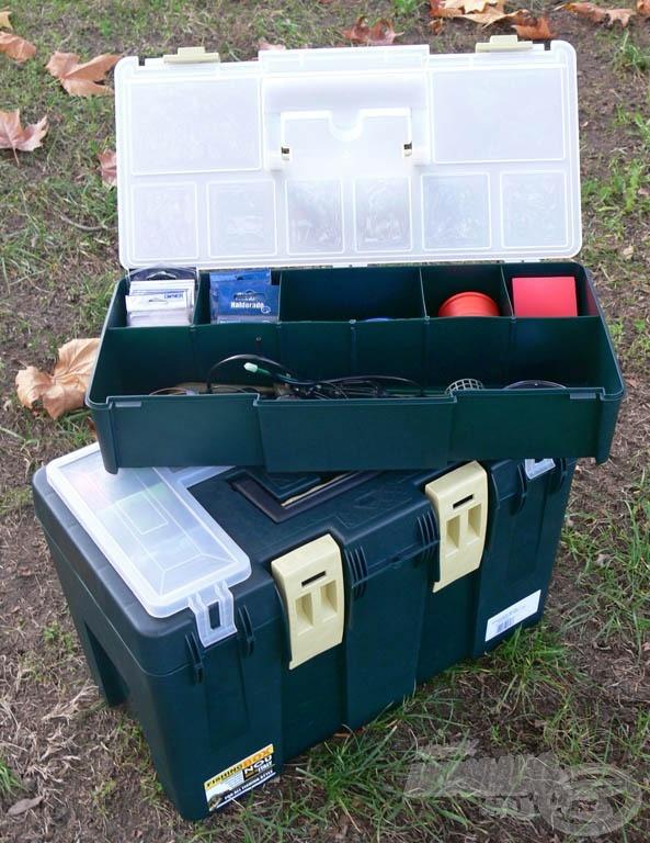 A ládában egy kivehető, külön is használható doboz található
