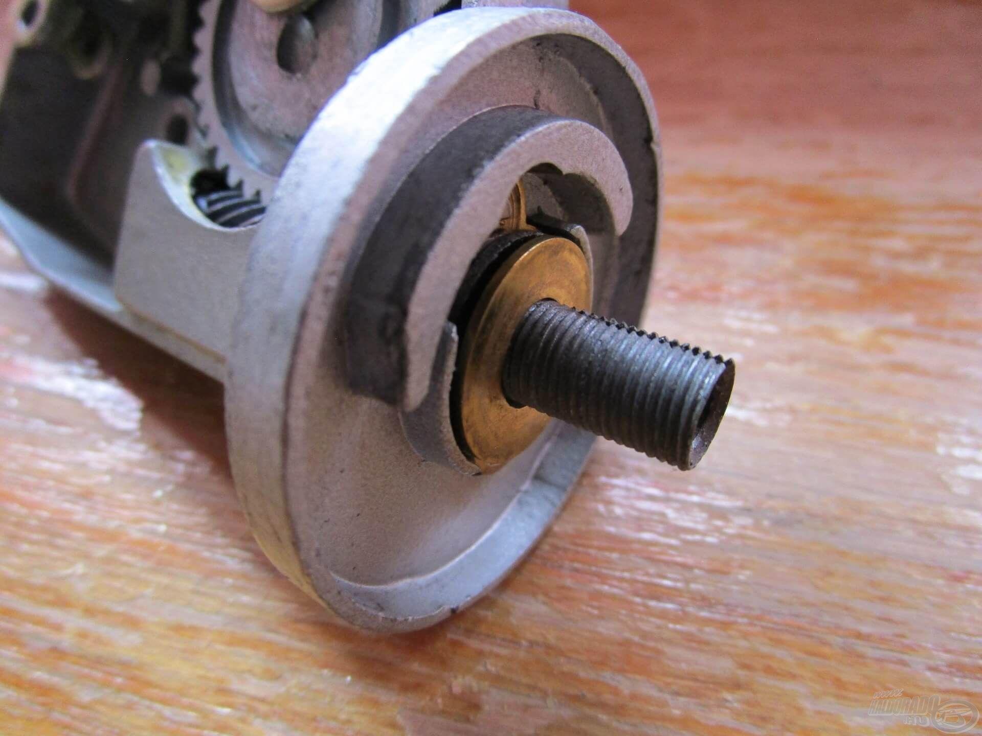 Egy újabb meglepetés: a rotort nem lehetett csak úgy levenni, le kellett tekerni a csigatengelyen található menetről