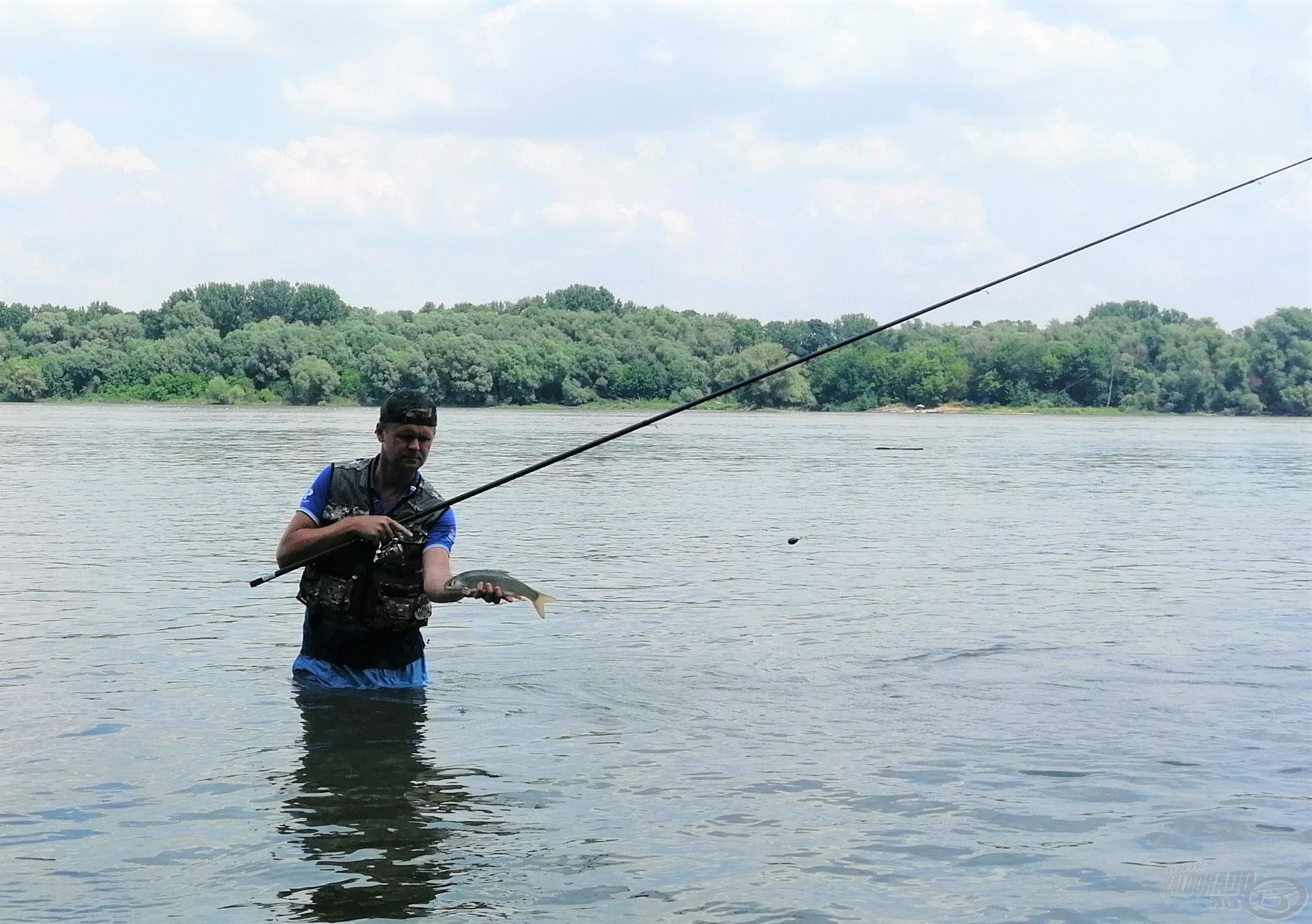 A horog még a hal szájában van, így jól megfigyelhető az teljes ereszték hossza. A meghorgászandó víz nincs másfél méter!