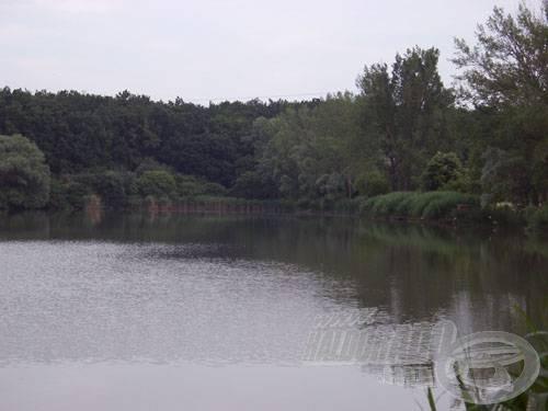 A tó délnyugati valamint háttérben a délkeleti oldal