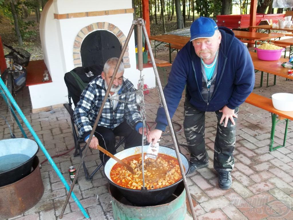 Közben Karcsi és Ernő készítették a kaját. Ahogy az előző napokban is…