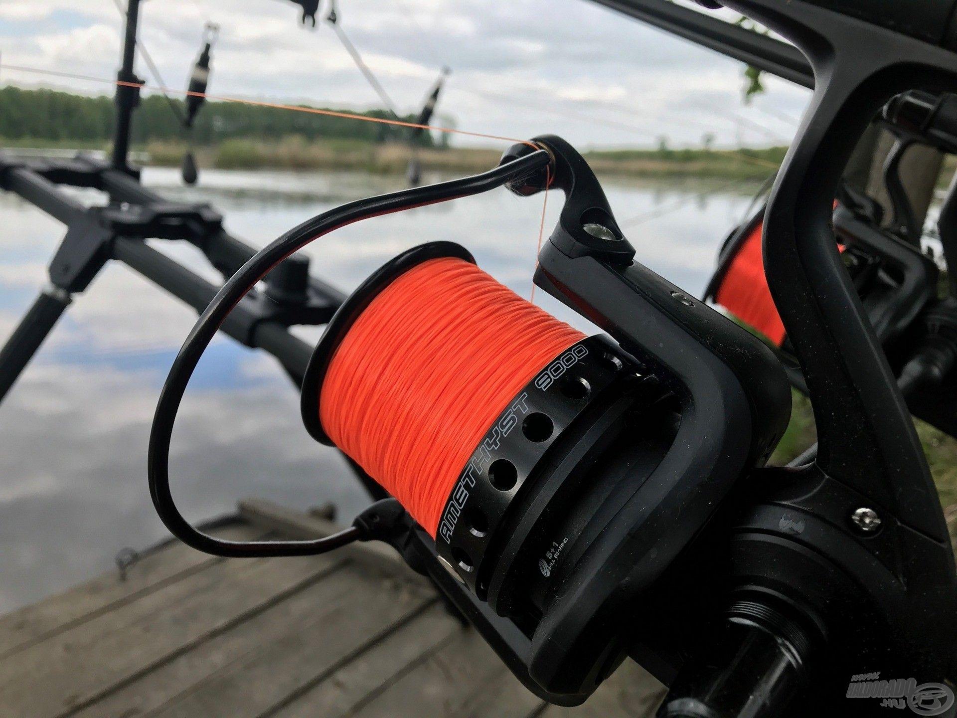 A fluo színű zsinór nagy segítség a behordós horgászat folyamán, éjjel is remek irányadó a csónakos fárasztásoknál