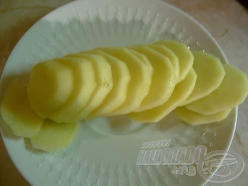 Szeletjük fel a burgonyát egyenlő vastagságú szeletekre