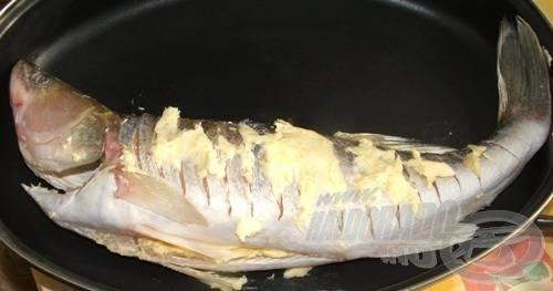 A süllőt helyezzük egy alkalmas tepsire, öntsünk alá kb. 1 dl vizet, majd toljuk előmelegített sütőbe. Sütés közben a kiolvadt vajjal locsolgassuk.