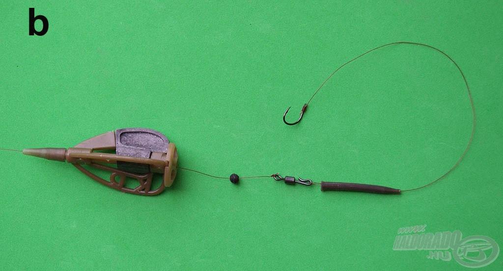 A gumikúppal ellátott előke fülét egyszerűen akasszuk át a fűzőtűből a gyorskapocs kampójába