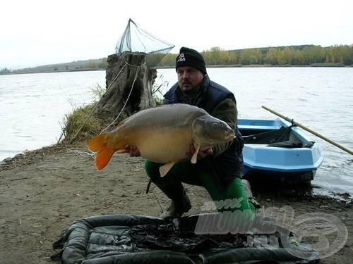 Zsolli barátom nem vigyorog, pedig lenne rá oka. Eddigi legnagyobb bojlival fogott hala, több mint 16 kiló