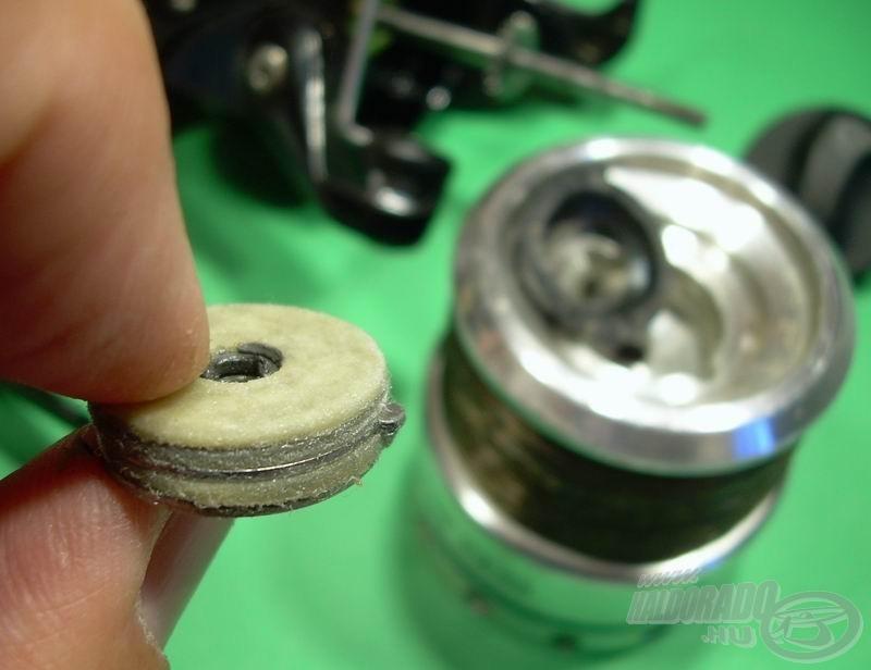 Vessünk egy gyors pillantást a leszedett dobra: egy gumigyűrű tartja a helyén a fék alkatrészeit. Minden rendben, nem piszkosak és elég zsírosak a lamellák, mehet vissza a helyére az egész így, ahogy van
