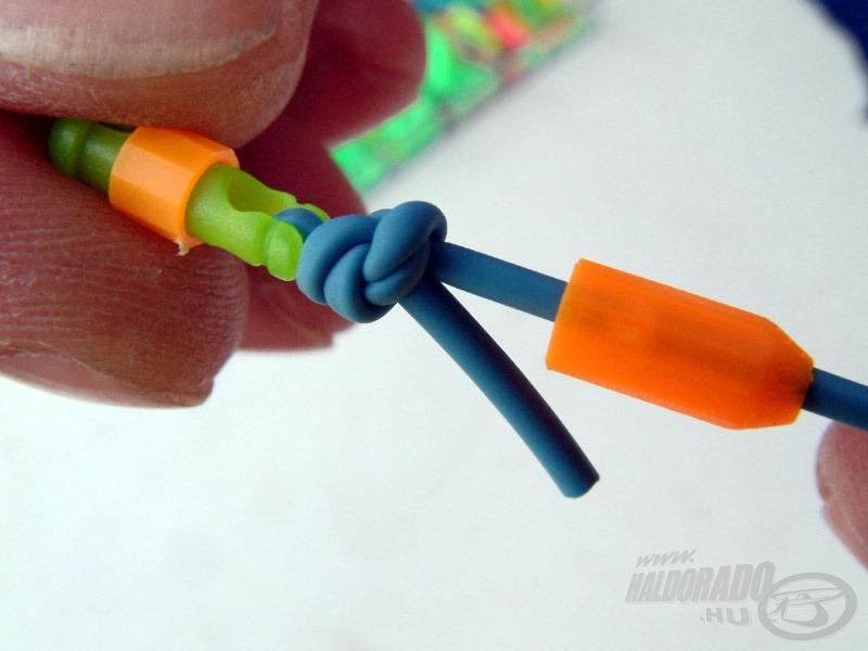 A spicc felöli oldalon, a legnagyobb méretű (Stonfo Extra Maxi Elit) gumis gyorskapocsba köti Gábor a gumit ugyanazzal az egyszerű hurokkal, mint a Scalettánál