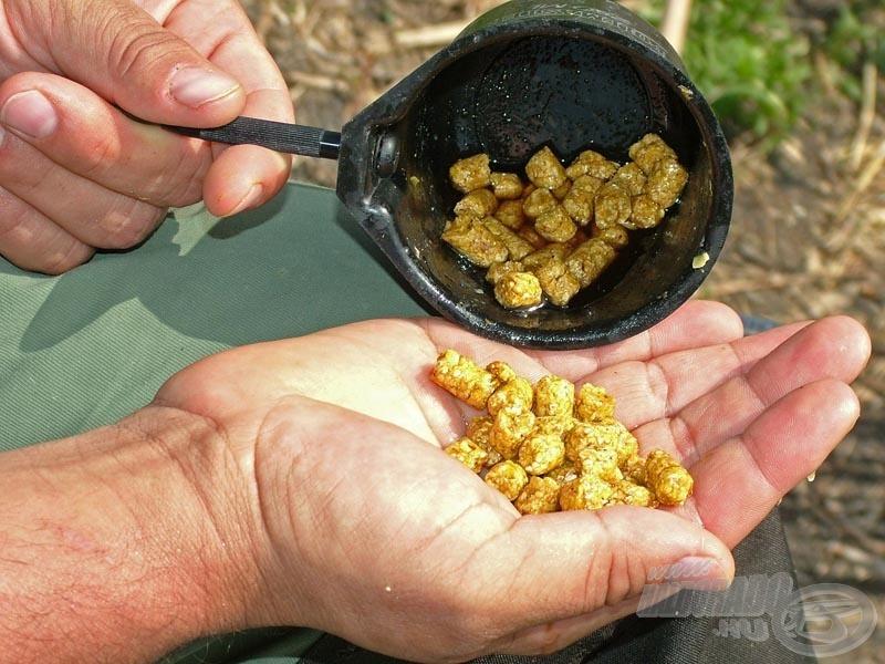 A Maros Mix Kukoricacsíra pelletet mézes aktivátorban áztatja, amit etetéshez is használ