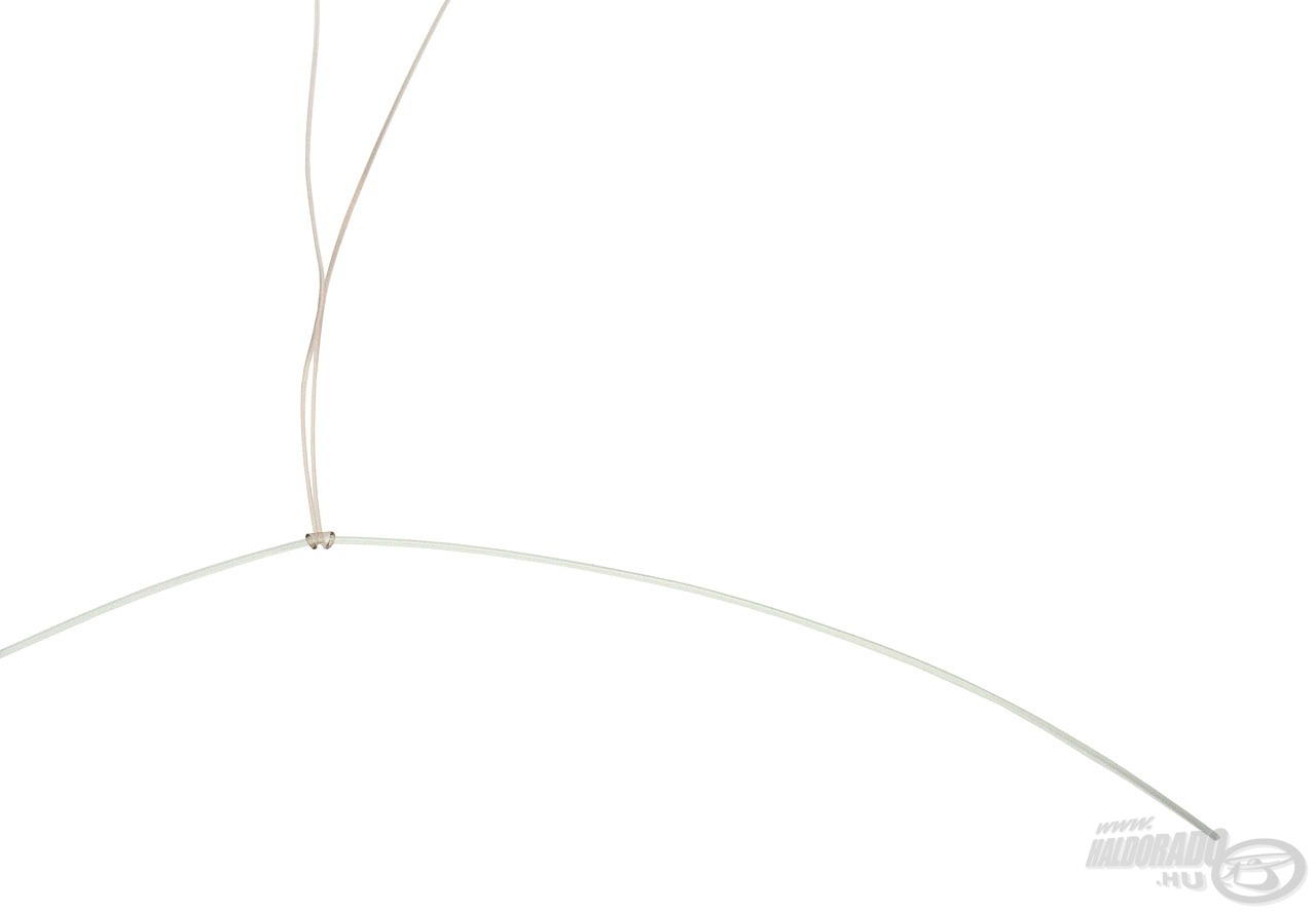 A főzsinór megfeszítése után jól látszódik, hogy nem 1, hanem 2 szál zsinór feszül neki a dobóelőkének, amely így képtelen önmagában vagy a vastagabb zsinórban kárt tenni