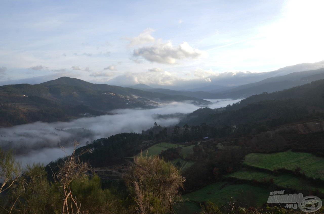 A kora reggeli sűrű pára paplanként borította be a völgyet
