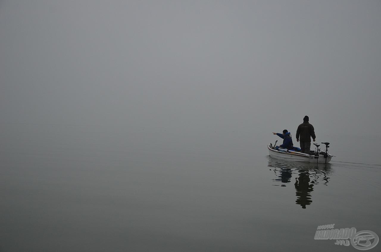Több, mint 1 óra csónakázás után fedeztük fel az első árulkodó pontyugrásokat
