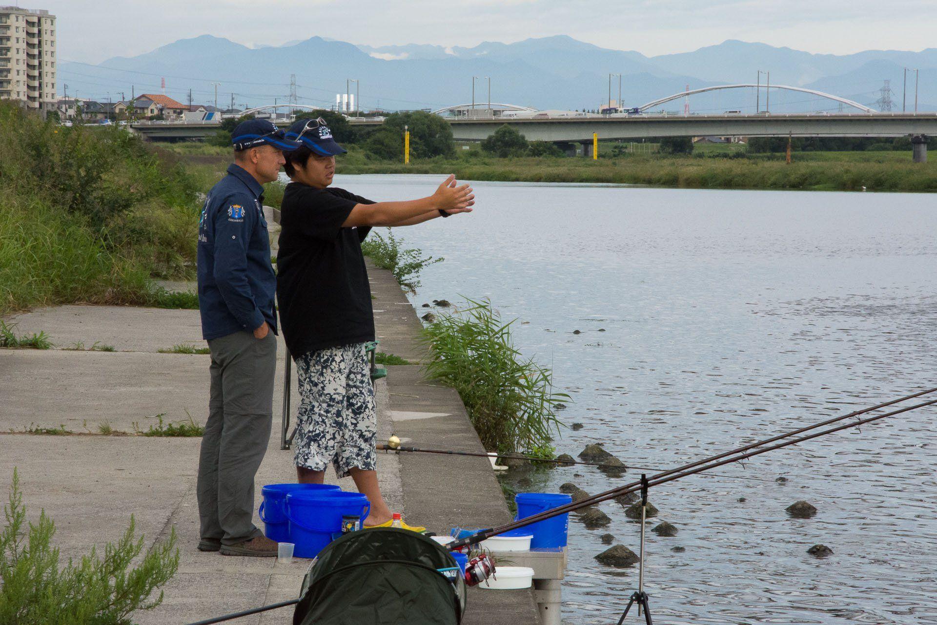 Mire minden a helyére került, már magasan járt a nap, és látszólag eltűntek a halak. Massa éppen azt magyarázza, hogy szerinte merre vannak, hol kellene próbálkozni