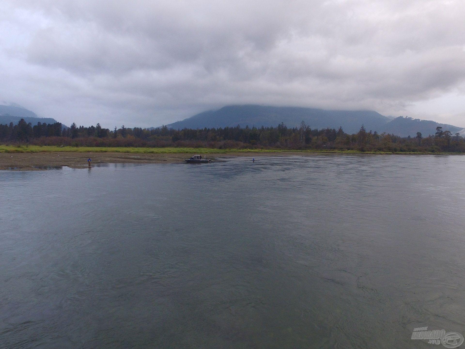 Erős sodrású, de kristálytiszta vízű folyó a Harrison, ide hajóztunk fel
