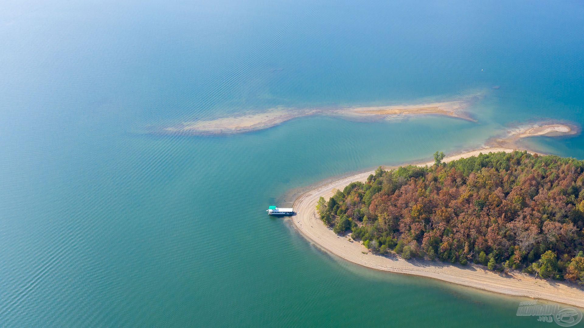 Mivel a tó átlag vízmélysége 20 méternél is nagyobb, kardinális kérdés volt a jó helyválasztás