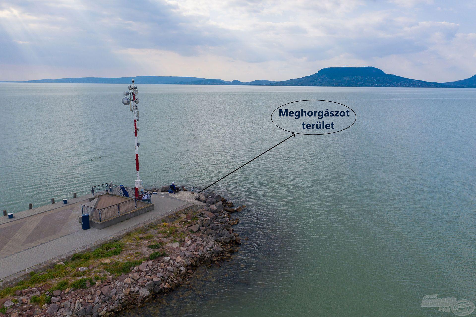 Előttem a Badacsony! Megjelöltem a képen a meghorgászott területet is. A stratégia ugyanaz volt, mint Keszthelyen, method feeder módszerrel, mindenféle alapozó etetés nélkül, kereső horgászatot végeztem