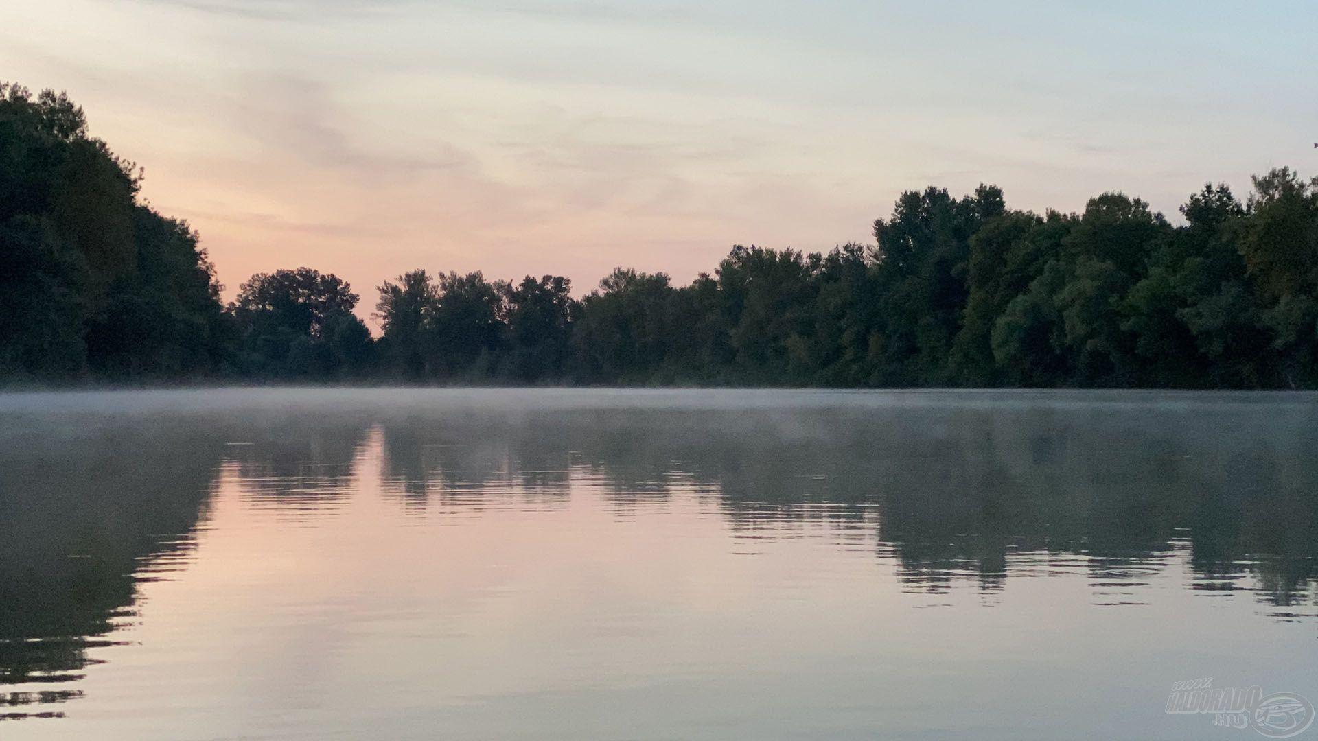 Kora reggeli pára a vízfelszín felett, aki 9-kor kel, ilyet nemigen láthat…