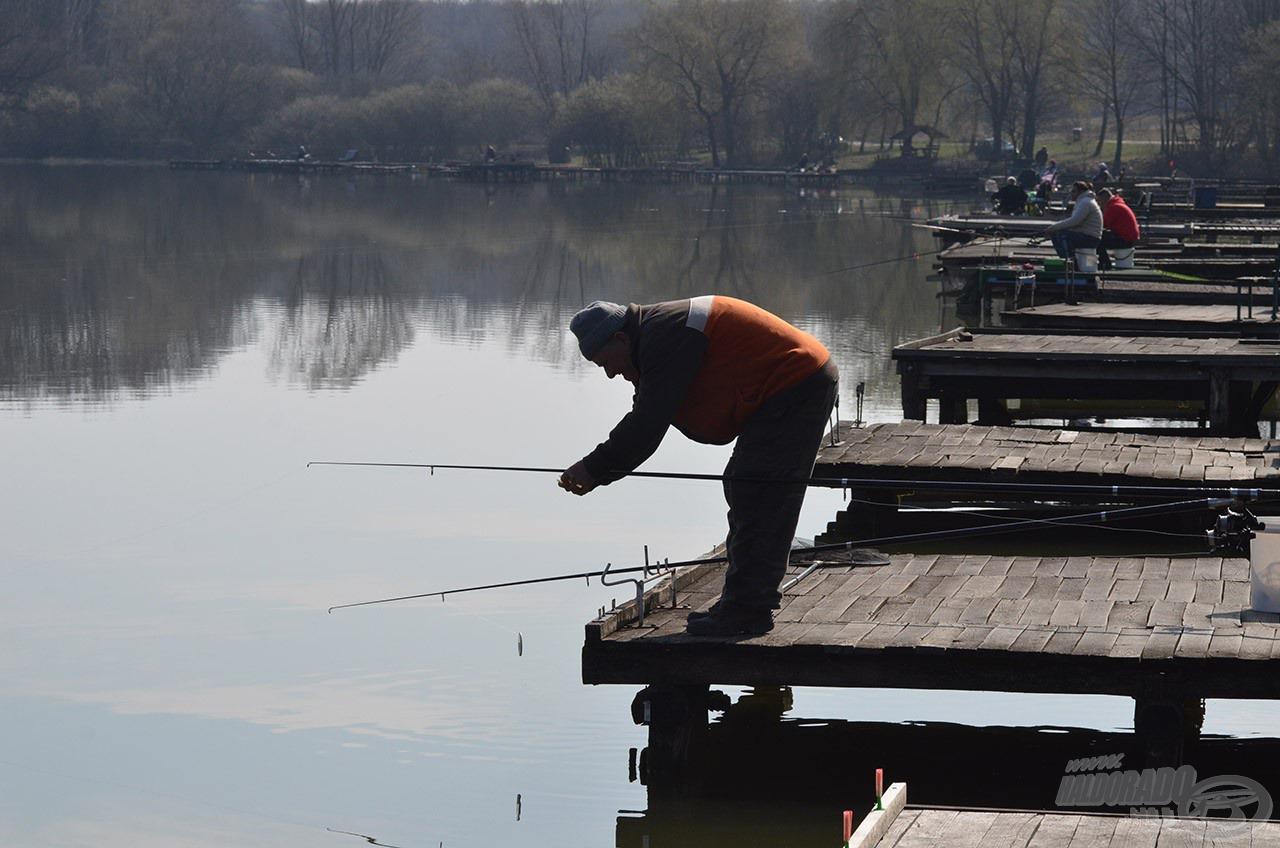 Nagy népszerűségnek örvend a tó a finomszerelékes horgászok körében, de a helyiek főként a hagyományos módszerekkel űzik a halakat