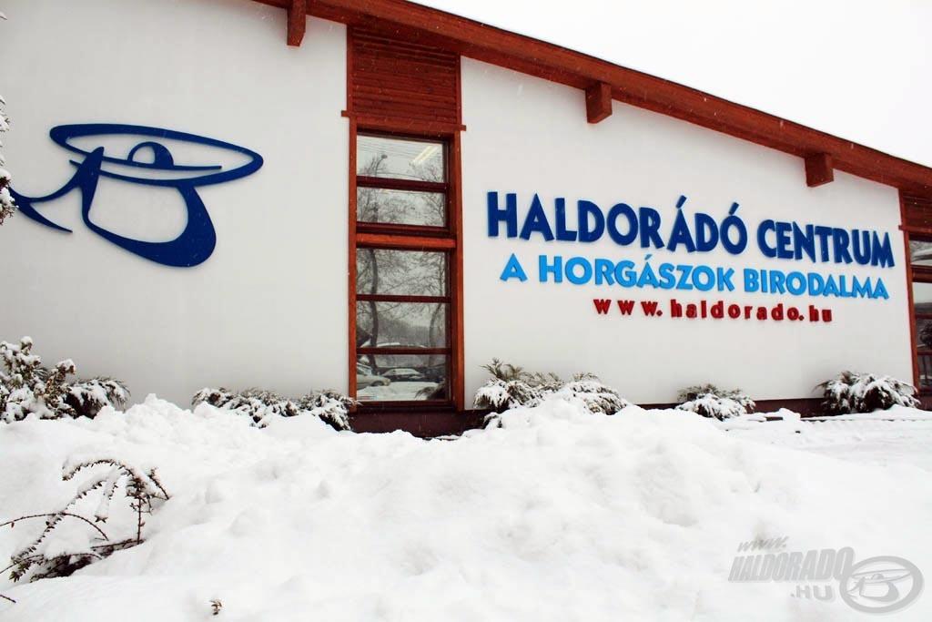 Volt már, hogy folyamatosan kellett a havat lapátolni, hogy meg lehessen közelíteni a boltot, de a járhatatlan utak sem tudták látogatóink kedvét szegni. Ha esetleg 1 méteres hó lesz az idén, akkor is megtartjuk a rendezvényt! Tehát rajtunk nem múlik!