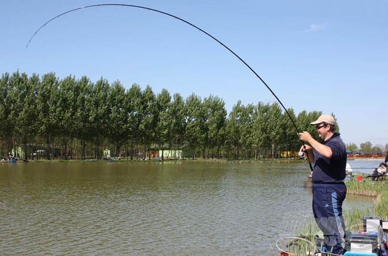 Attila horgán tekintélyes méretű hal küzd