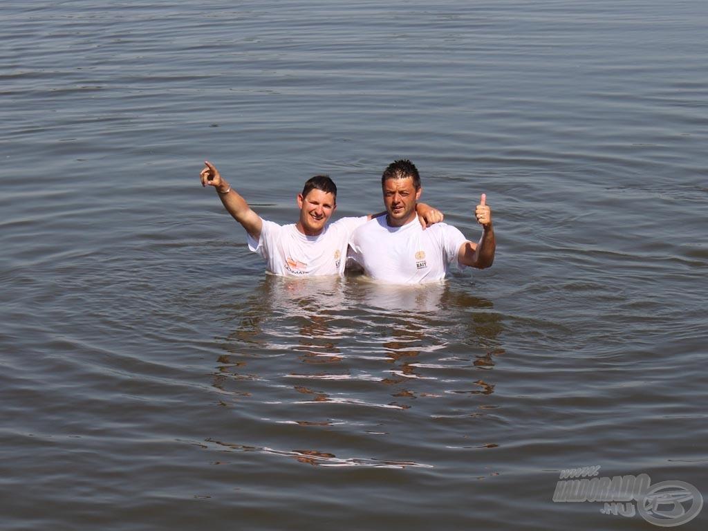 Először a boldogságban, majd a vízben fürödtünk egyet!