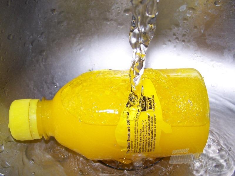 1 percig forró vizet folyatva a flakonra látszik, hogyan nyeri vissza eredeti állagát!