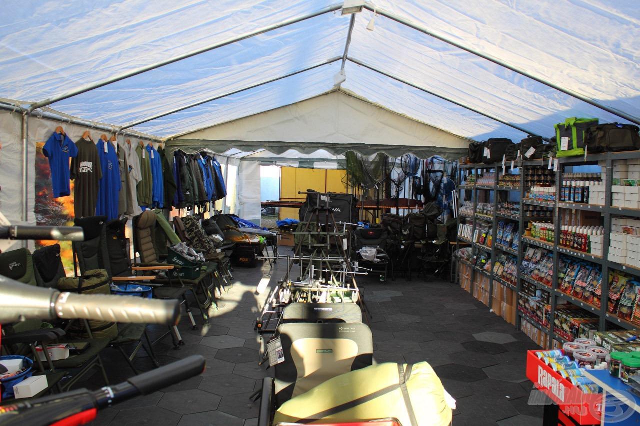 A bojlis sátor megújult idén és már sokkal nagyobb alapterületen várja a darabosabb kiegészítők iránt érdeklődőket